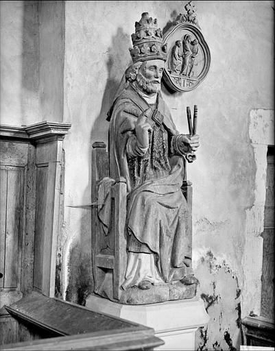 Statue assise en bois : saint Pierre