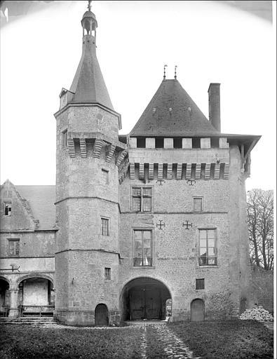 Façade nord sur cour : donjon carré flanqué d'une tourelle d'escalier dite Tour de l'Horloge