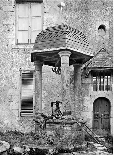Cour : puits à dôme