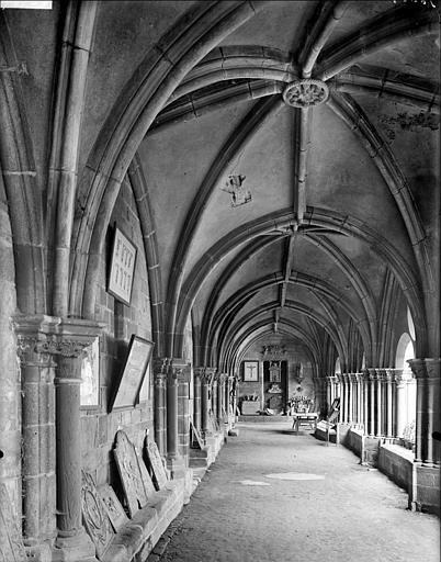 Cloître : vue intérieure de la galerie ouest