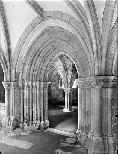Cloître : portail d'entrée de la salle capitulaire