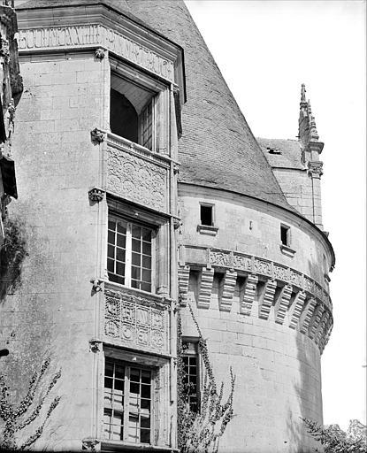 Façade est : tour polygonale accolée à la tour circulaire nord-est (partie supérieure)