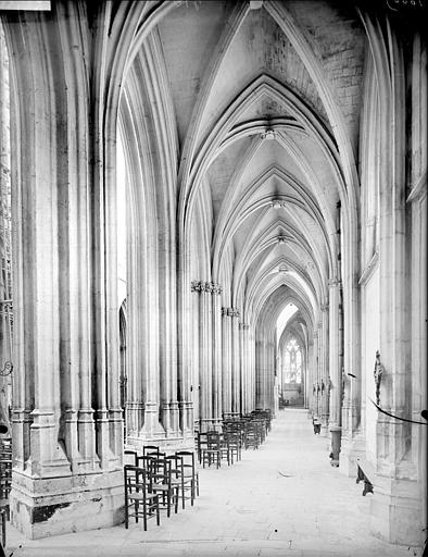 Eglise : vue intérieure du bas-côté sud, vers l'est