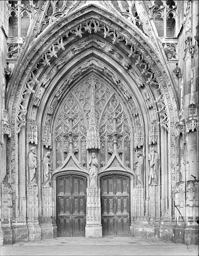 Eglise : portail de la façade ouest