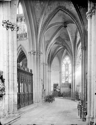 Eglise : vue intérieure du déambulatoire, côté sud