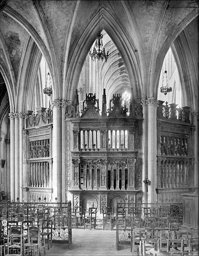 Eglise : vue intérieure du déambulatoire, côté est, vers le choeur