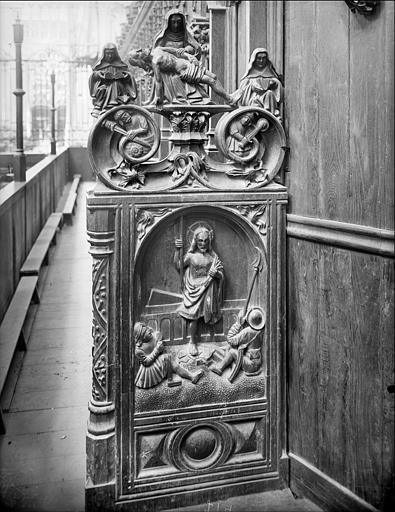 Stalles du choeur. Jouée sculptée : Vierge de Pitié. Résurrection du Christ