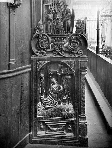 Stalles du choeur. Jouée sculptée : anges et personnages de l'Ancien Testament. Instruments de la Passion