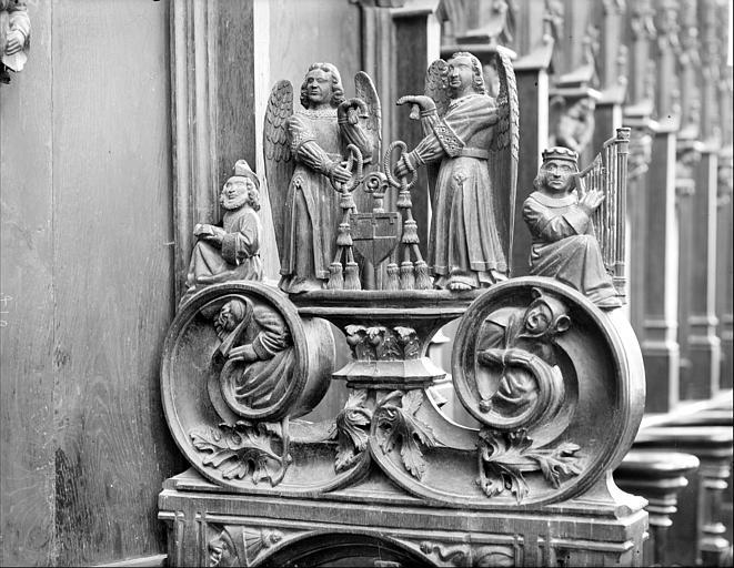 Stalles du choeur. Jouée sculptée : anges tenant des armoiries et personnages de l'Ancien Testament