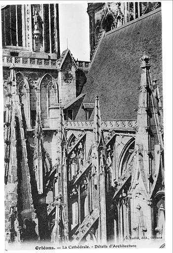 Façade sud : toit de la nef et pinacles des arcs-boutants