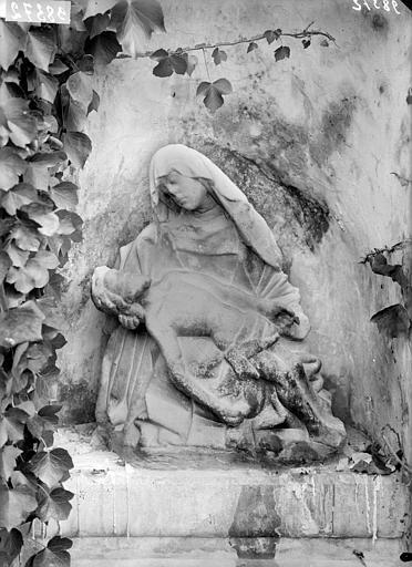 Groupe sculpté dans une niche du rocher : Vierge de Pitié