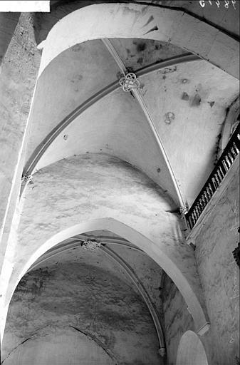 Vue intérieure de la première travée de la nef à l'ouest : voûte et sa clef de voûte