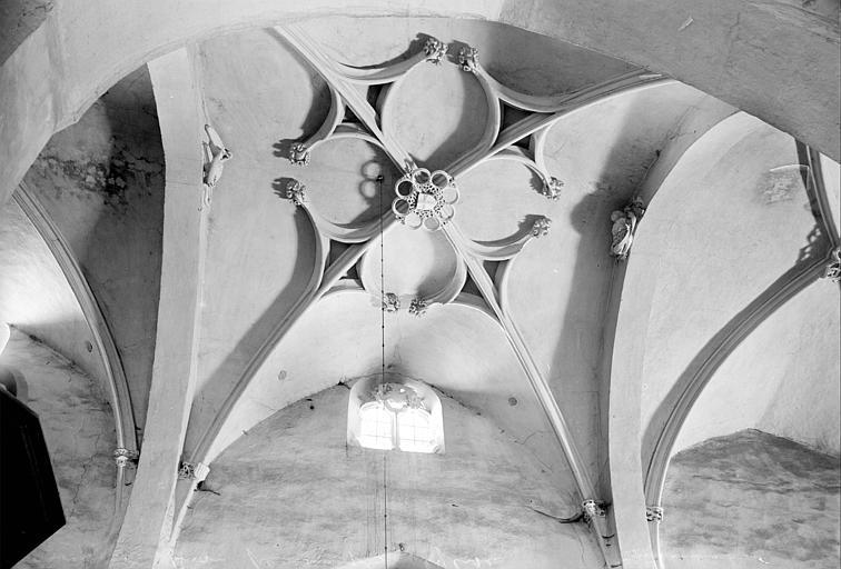 Vue intérieure de la travée centrale de la nef : voûte et sa clef de voûte