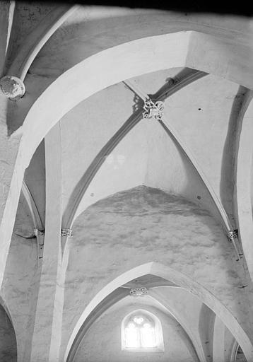 Vue intérieure d'une travée de la nef : voûte et sa clef de voûte