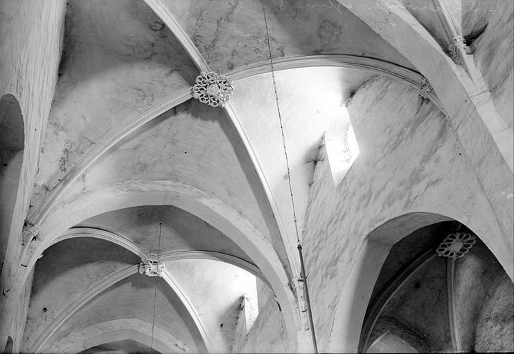 Vue intérieure de deux travées de la nef : voûtes et leurs clefs de voûte