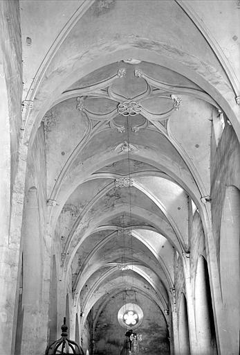 Vue intérieure de la nef vers le choeur : voûtes et leurs clefs de voûte