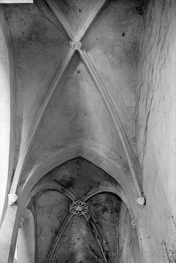 Vue intérieure du bas-côté : voûtes et leurs clefs de voûte