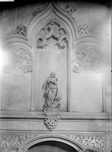 Statue provenant du tombeau de Philibert le Beau et installée au-dessus de la piscine : Sainte Marguerite