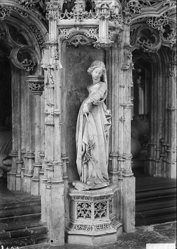 Intérieur de l'église, détail du tombeau de Marguerite d'Autriche, femme de Philibert le Beau : statue de sibylle ou de vertu