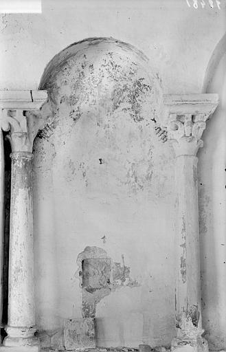 Arcature aveugle : colonnettes et traces de peintures murales