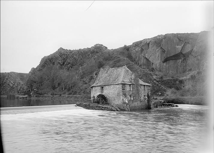Vue générale : moulin près d'un plan d'eau