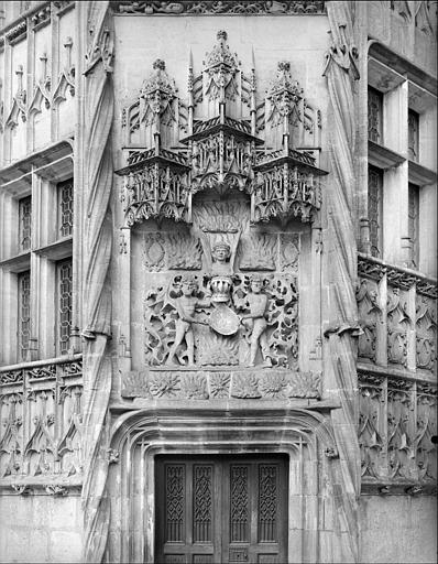 Tour octogonale accolée à la façade du logis (partie droite), dite tour du Lion. Décor sculpté surmontant la porte de l'escalier : deux sauvages nus supportant un écusson