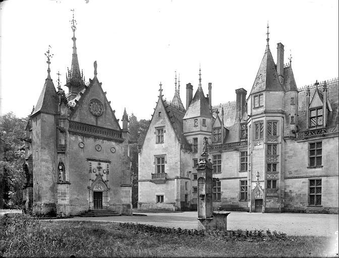 Cour : façade du logis (partie gauche), la chapelle et le puits