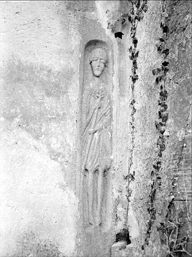 Façade sud : personnage sculpté dans une niche