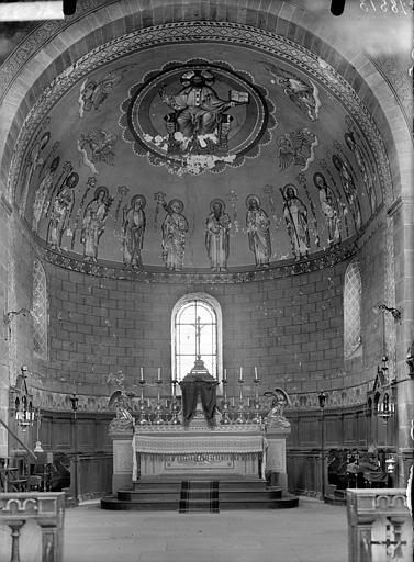 Vue intérieure du choeur avec la voûte décorée de peintures murales