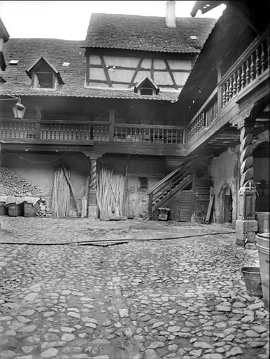 Cour intérieure : galerie avec balustrade en bois