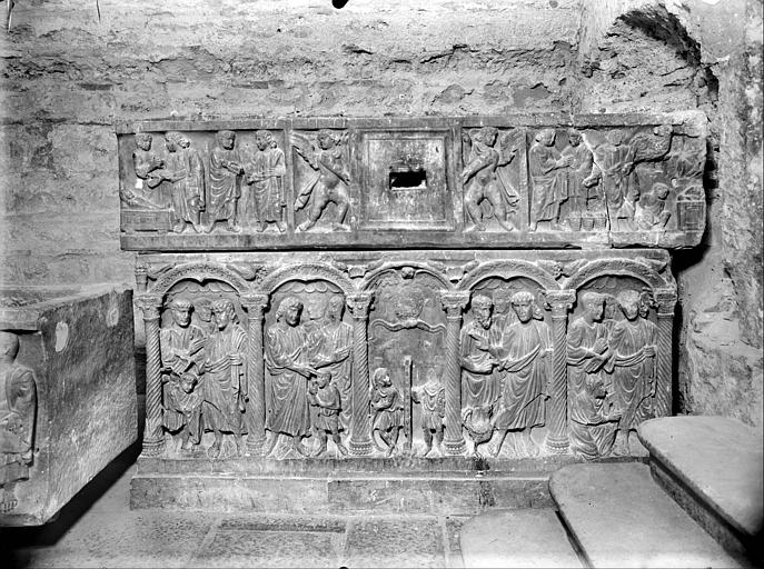 Crypte, sarcophage chrétien dit de sainte Sidonie, face, bas relief. Sarcophage dit tombeau de saint Sidoine : scènes de la vie d'un saint personnage, pierre sculptée en bas-relief