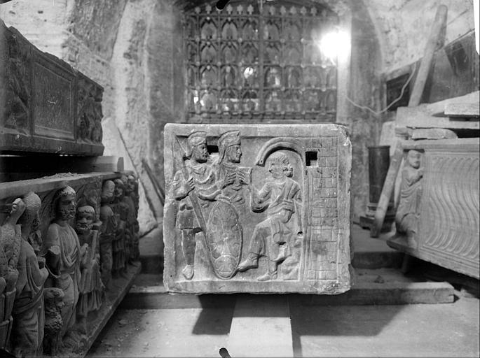 Crypte, sarcophage chrétien dit de sainte Madeleine, côté gauche, Jésus devant Pilate