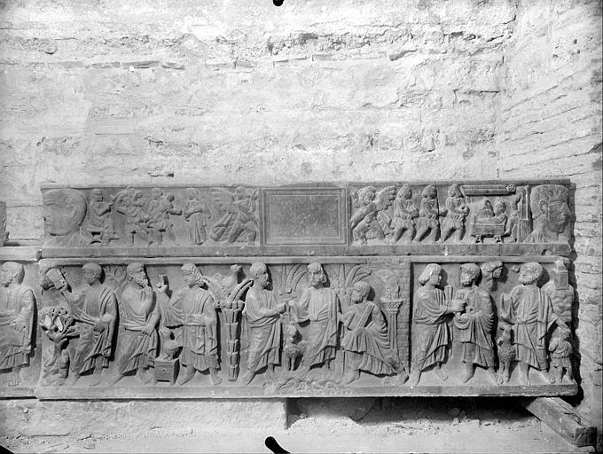 Crypte, sarcophage chrétien dit des saints Innocents, face. Bas relief : le massacre des Innocents, les Rois Mages, Jésus et les apôtres, le sacrifice d'Abraham. Sarcophage dit tombeau des Saints Innocents : sculpté en bas-relief du massacre des saints in