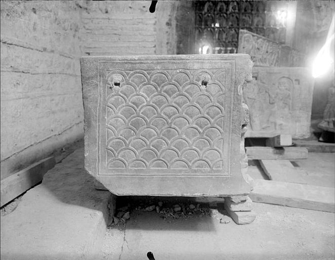 Crypte, sarcophage chrétien dit des saints Innocents, extrémité, décor sculpté