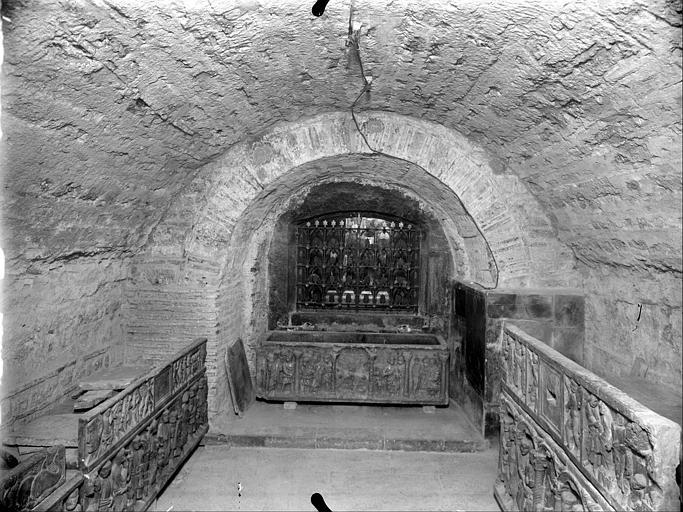 Crypte : mur du fond et sarcophages