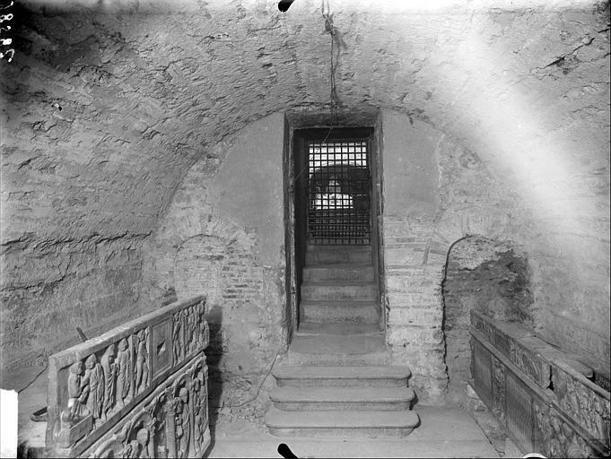 Crypte : vue de l'entrée et sarcophages