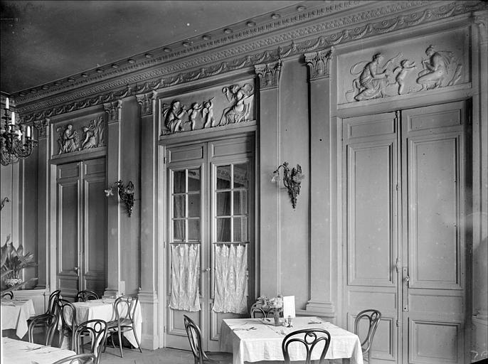 Vue intérieure d'une salle à manger