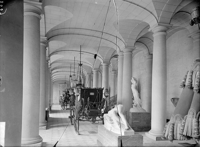 Musée de la Voiture : salle des Colonnes