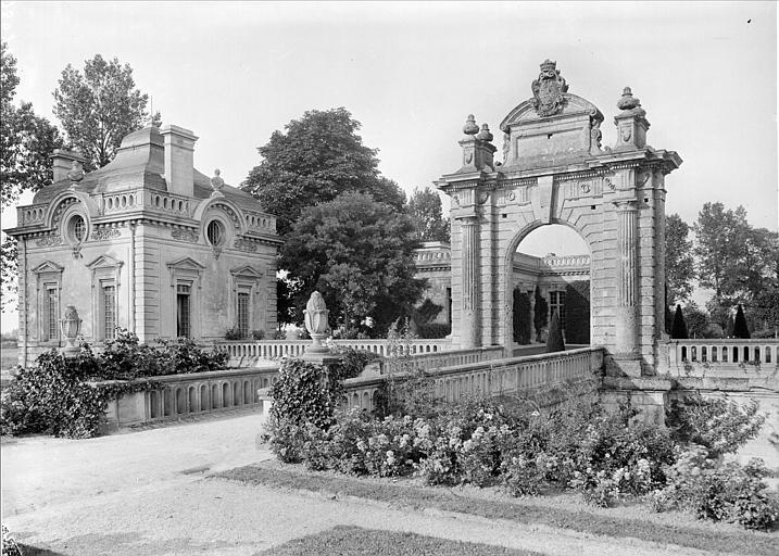 Vue en perspective de la porte monumentale et d'un pavillon d'entrée