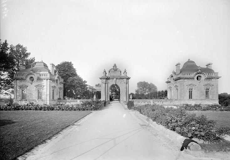 Ensemble des pavillons d'entrée et de la porte monumentale