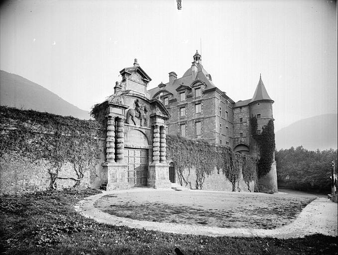 Vue du porche d'entrée et d'une partie du château