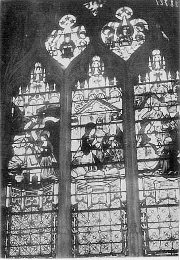 Vitrail représentant la vie de la Vierge : Annonciation (droite), Nativité (centre), Adoration des mages (gauche)
