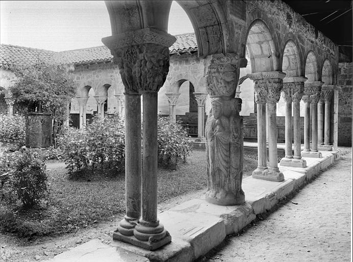 Cloître : vue intérieure de la galerie vers le sud-est, pilier des évangélistes