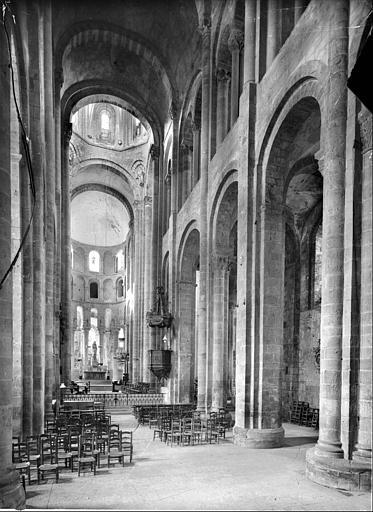 Eglise : vue intérieure de la nef vers le choeur