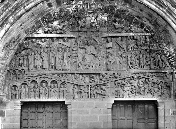 Eglise, tympan du portail ouest : statue de sainte Foy, tympan le Christ en majesté, le Paradis, les Enfers