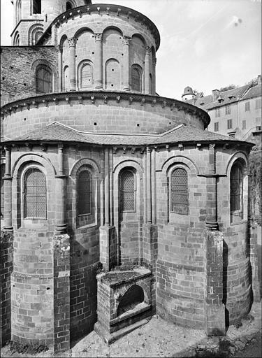Eglise, tympan du portail ouest : le Christ en majesté, le Paradis, les Enfers