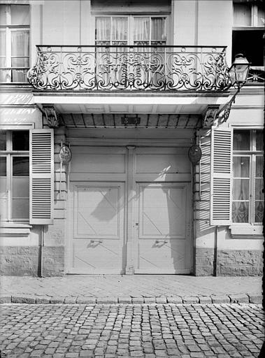 Vue de la porte d'entrée : balcon
