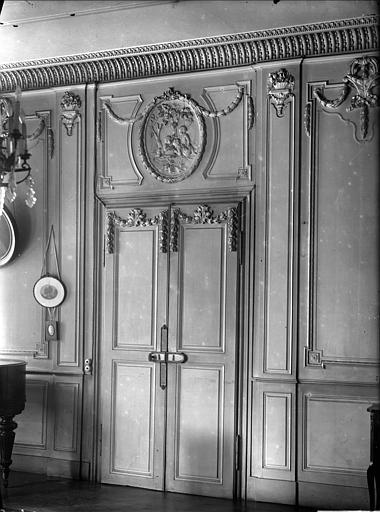 Vue intérieure du salon : porte, boiseries