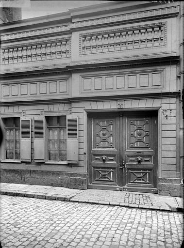 Vue de la façade : porte d'entrée
