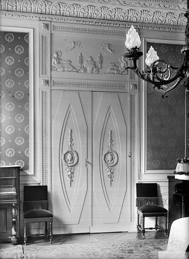 Vue intérieure du salon : porte